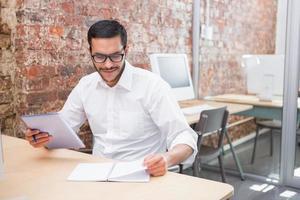 zakenman met papierwerk aan balie foto