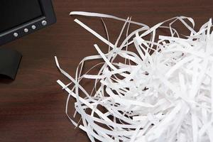 versnipperd papier op een bureau foto
