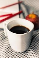 koffiekopje op Bureau foto