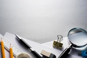 kantoorbenodigdheden verspreid over grijze bureau foto