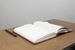 leeg notitieboekje op houten lijst, bedrijfsconcept foto