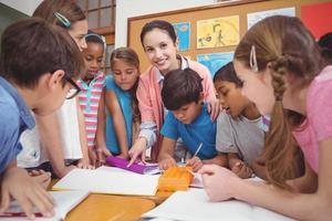 leraar en leerlingen werken aan balie samen foto