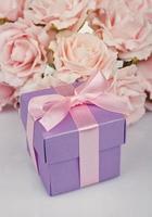 roze bloemen en geschenkdoos foto