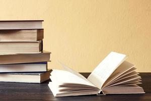 open boek op houten bureau. foto