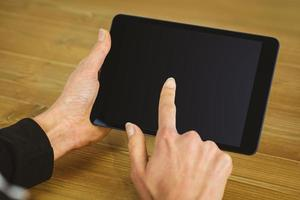 zakenvrouw met behulp van tablet aan balie foto