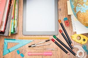 schooltoebehoren op een bureau foto