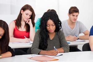 studenten schrijven aan balie foto