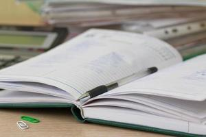 diverse schrijfwaren op bureau