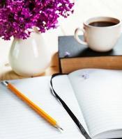 mooie lila op Bureau met boek foto