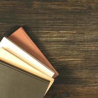 oude boeken op houten bureau. foto