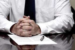 man met contract papier wit overhemd stropdas zakelijke deal foto