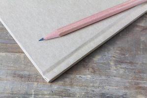 potlood over notebook op houten tafel foto