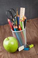 school en kantoorbenodigdheden op klaslokaal tafel foto