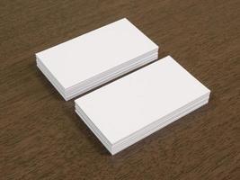 visitekaartjes op een houten bureau foto