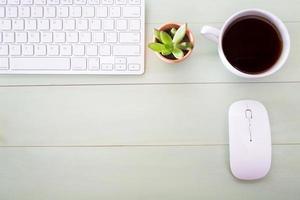 nette werkplek op een houten bureau foto