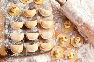 vareniki (knoedels) met aardappelen en ui. foto