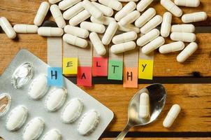 gezond alfabet en capsule-medicijn met medicijndosis foto
