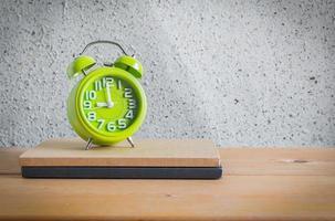 klok en notebook op houten tafel, stilleven