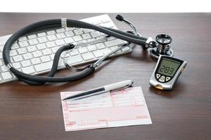 glucosemeter en recept op het bureau van de dokter foto