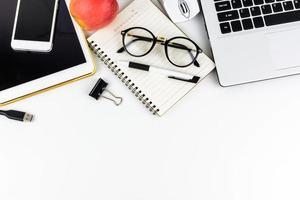 laptop met tablet en mobiele telefoon op balie kantoor foto