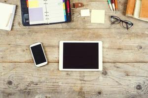desktop mix op een houten kantoor tafel. foto