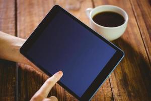 vrouw met behulp van haar tablet-pc foto