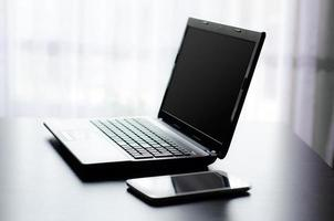 moderne laptop en tablet op kantoor foto