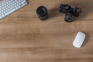 desktop met modern toetsenbord en camera foto