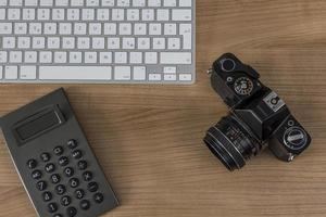 bureaublad met cameratoetsenbord en rekenmachine foto