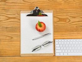 desktop met klembord en kantoorbenodigdheden foto