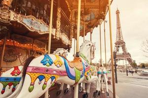 lage hoek weergave van een retro carrousel in Parijs foto