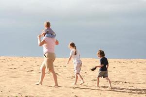 familie op het strand. foto
