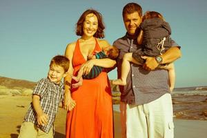 familie op het strand foto