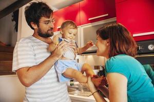 mooie familie in de keuken foto