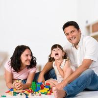 familie lachend spelen met blokken foto