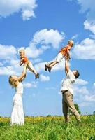 gelukkige familie op weide foto