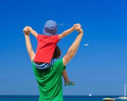 gelukkige familie op zee vakantie