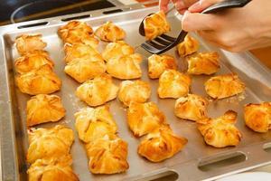 zelfgemaakte zoete broodjes op bakplaat foto