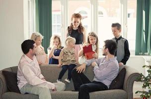 familiefeest - jonge en oudere broers en zussen / uitgebreide familie foto