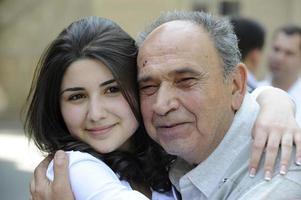 opa knuffelen en glimlachen met kleinkind foto