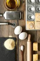 keukengerei en ingrediënten voor ravioli