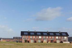 nieuwe gezinswoningen met zonnepanelen op het dak foto