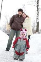 vader, moeder, zoon - familie op wandeling foto