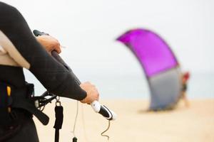 gezin met kiteboard op het strand