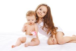 portret van twee zussen kinderen samen spelen en plezier maken foto