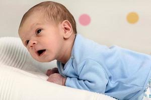 kleine pasgeboren babyjongen foto