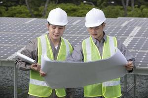 twee Aziatische zonnepaneelingenieurs aan het werk.