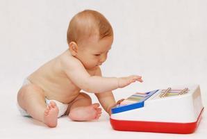 baby met piano speelgoed foto
