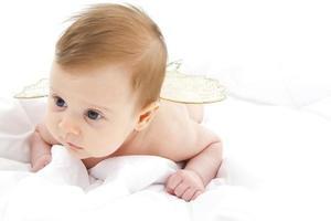 baby liggend haar buik foto