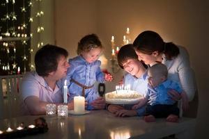 jong gezin viert de verjaardag van hun zoon foto